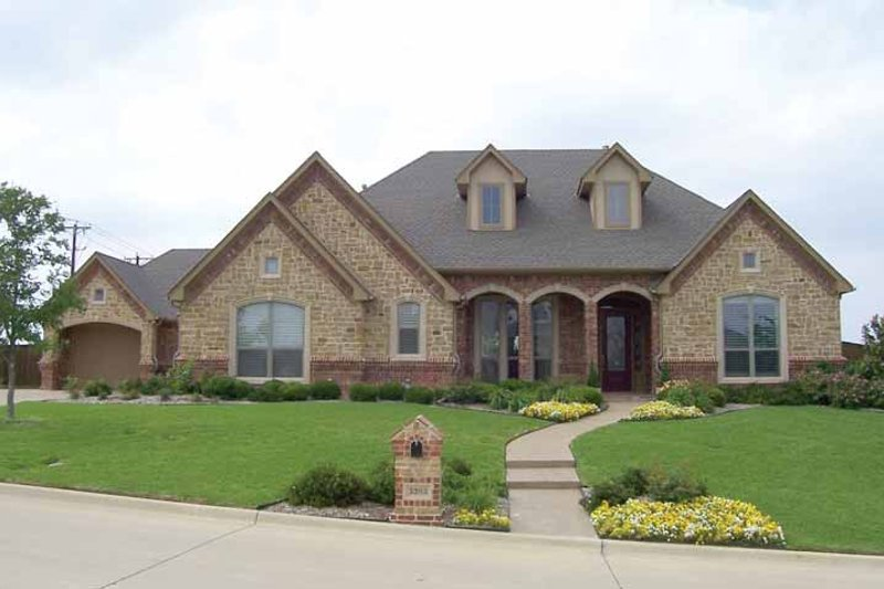 Dream House Plan - Traditional Exterior - Front Elevation Plan #84-711