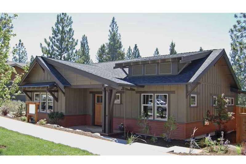 Craftsman Exterior - Front Elevation Plan #895-61 - Houseplans.com