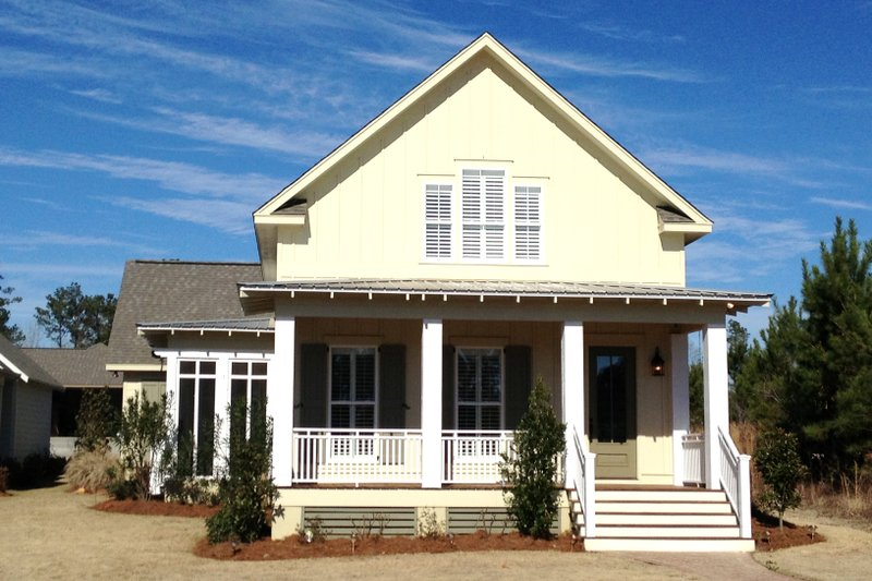 Farmhouse Style House Plan - 3 Beds 2.5 Baths 2185 Sq/Ft Plan #430-76 Exterior - Front Elevation