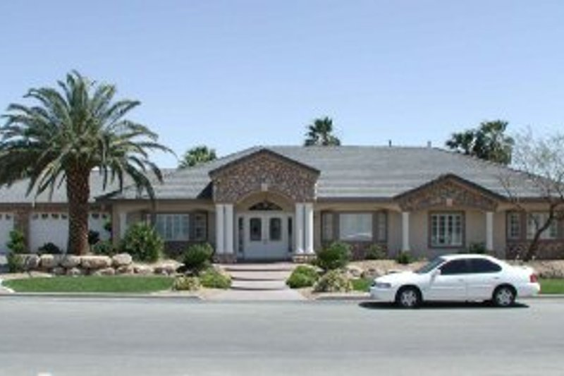 Adobe / Southwestern Style House Plan - 5 Beds 3 Baths 3214 Sq/Ft Plan #1-799 Exterior - Front Elevation