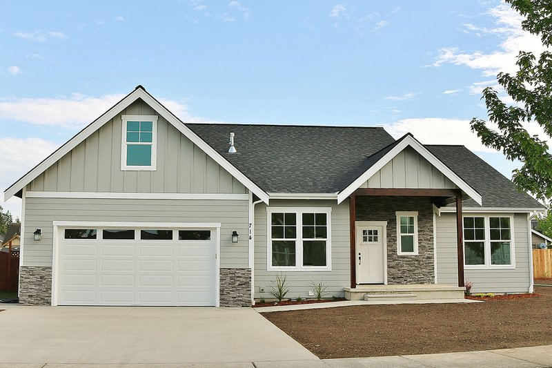 Craftsman Style House Plan - 3 Beds 2 Baths 1878 Sq/Ft Plan #1070-47 Exterior - Front Elevation