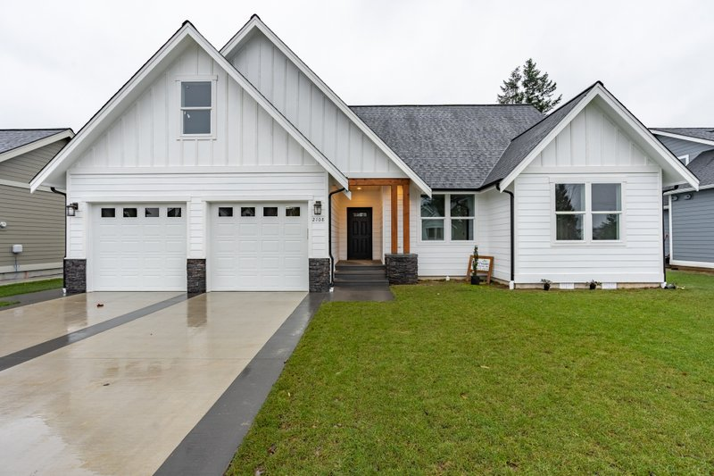 Farmhouse Exterior - Front Elevation Plan #1070-97
