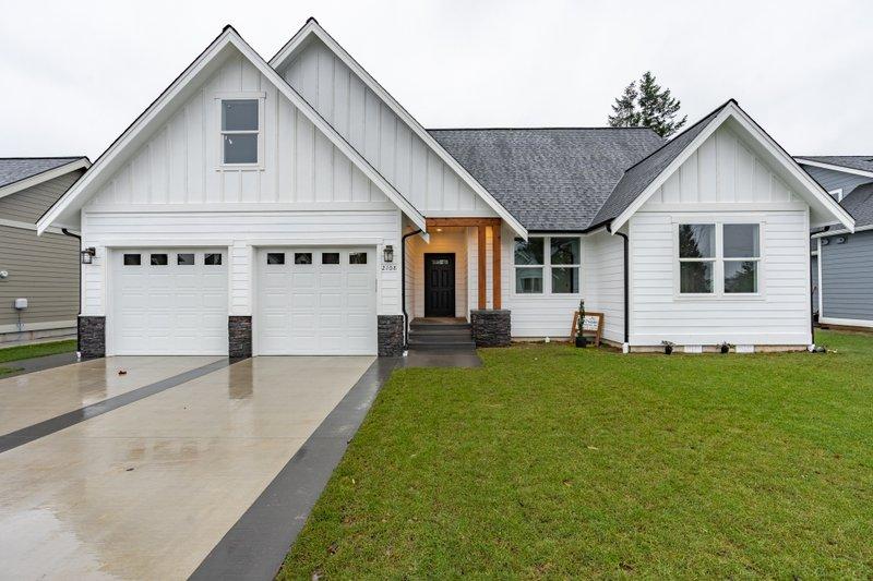 House Plan Design - Farmhouse Exterior - Front Elevation Plan #1070-97