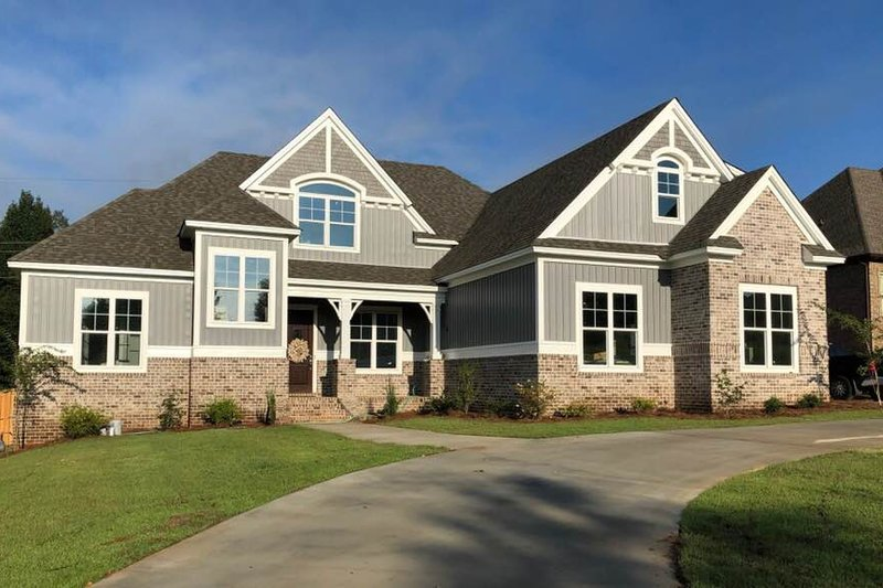 Craftsman Style House Plan - 6 Beds 3 Baths 2713 Sq/Ft Plan #63-418 Exterior - Front Elevation