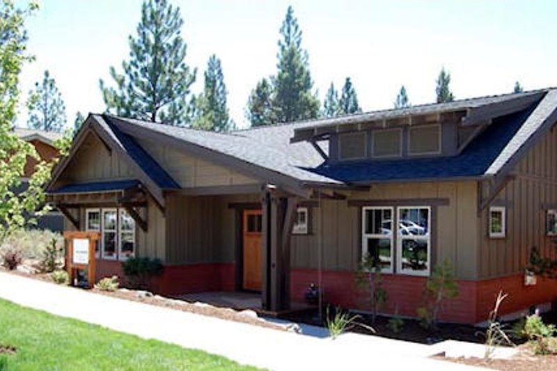 Bungalow Style House Plan - 3 Beds 2.5 Baths 1760 Sq/Ft Plan #434-1 Exterior - Front Elevation