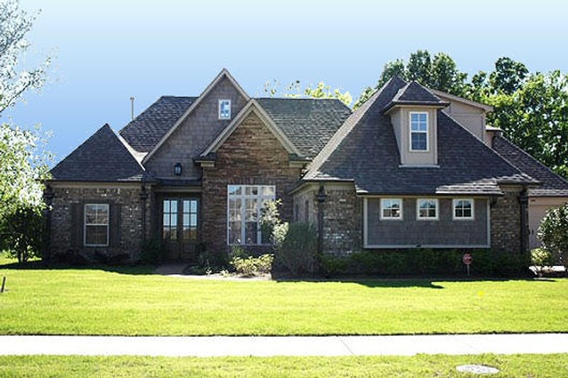 European Style House Plan - 4 Beds 3 Baths 2695 Sq/Ft Plan #424-250 Exterior - Front Elevation