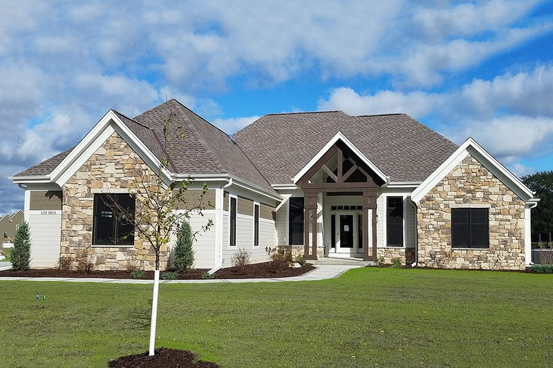 Craftsman Style House Plan - 3 Beds 2.5 Baths 2510 Sq/Ft Plan #70-1481 Exterior - Front Elevation