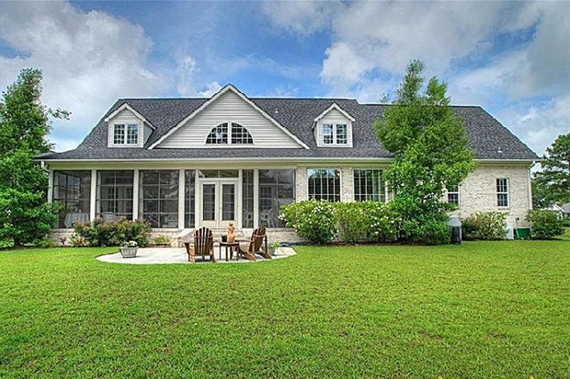 Southern style house plan 3 beds 3 5 baths 2568 sq ft for Calabash cottage floor plan