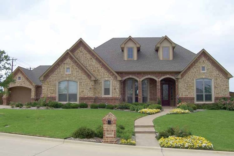 Traditional Exterior - Front Elevation Plan #84-711 - Houseplans.com