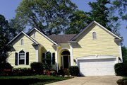 Traditional Style House Plan - 3 Beds 2 Baths 1383 Sq/Ft Plan #453-41 Exterior - Front Elevation