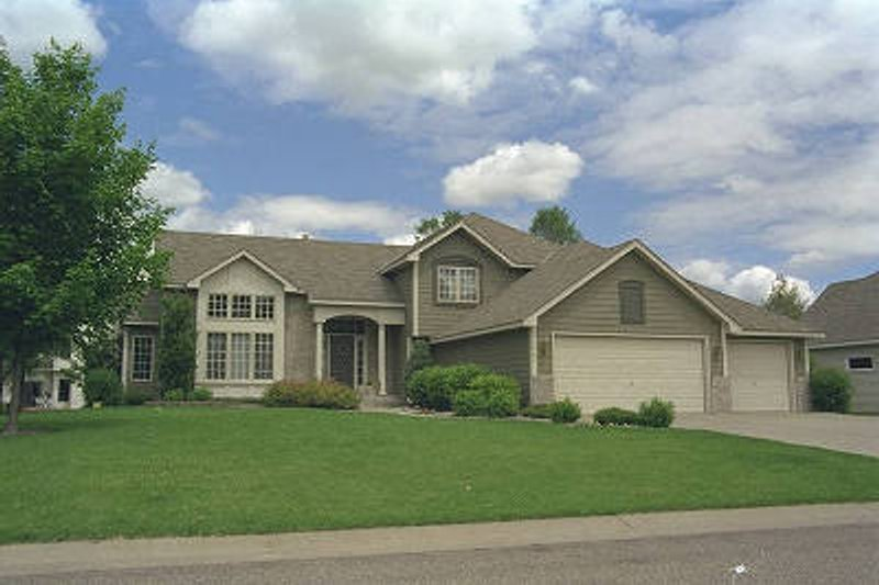 Traditional Style House Plan - 4 Beds 3 Baths 2269 Sq/Ft Plan #51-115