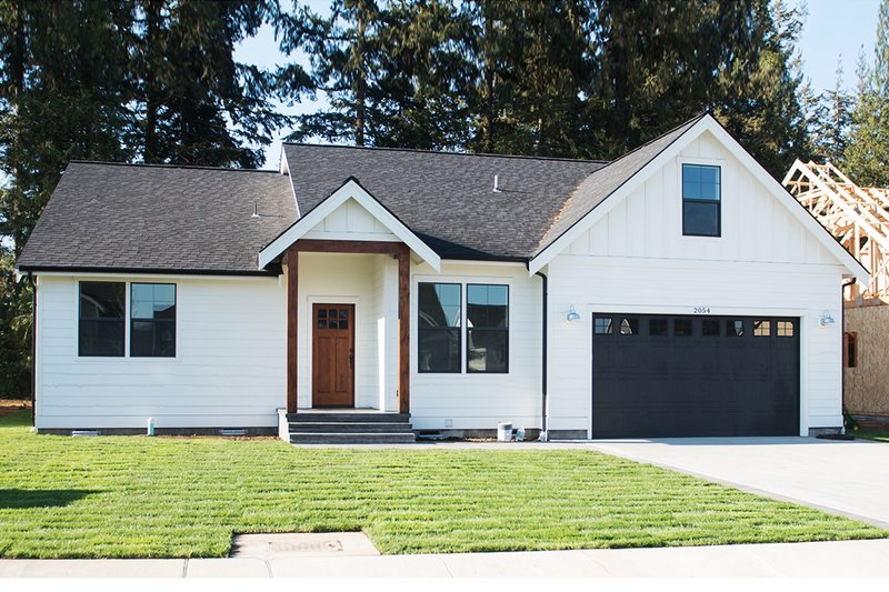 Craftsman Style House Plan - 3 Beds 2 Baths 1841 Sq/Ft Plan #1070-25 Exterior - Front Elevation