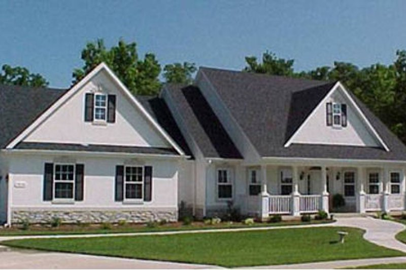 Traditional Style House Plan - 3 Beds 2.5 Baths 2623 Sq/Ft Plan #31-102 Exterior - Front Elevation
