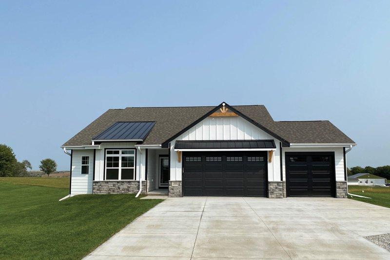 House Plan Design - Modern Exterior - Front Elevation Plan #20-2475