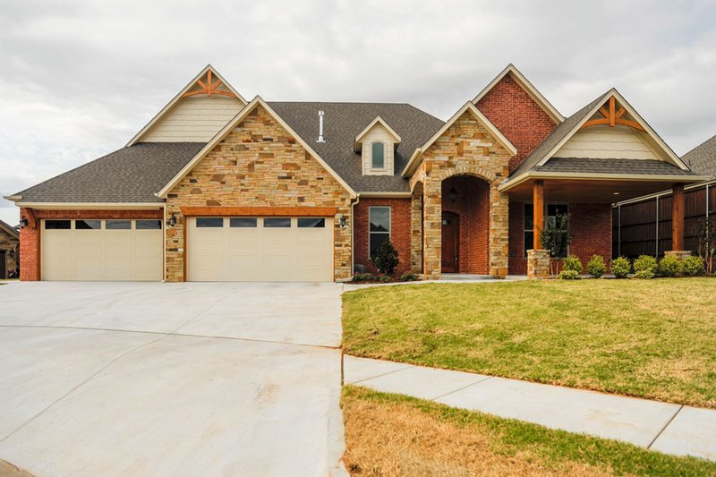 Craftsman Style House Plan - 4 Beds 3.5 Baths 3354 Sq/Ft Plan #65-541 Exterior - Front Elevation