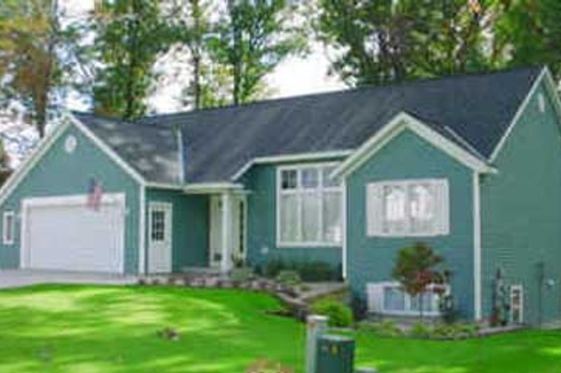 Traditional Style House Plan - 3 Beds 2 Baths 1383 Sq/Ft Plan #49-117